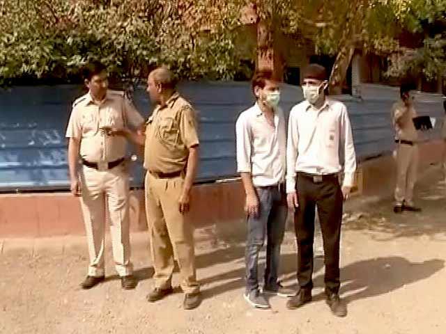 Video : दिल्ली : तुगलकाबाद इलाके में गैस लीक, 70 स्कूली छात्राएं बेहोश