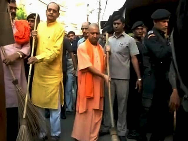 Video : ऑपरेशन क्लीन : अब यूपी के सीएम योगी आदित्यनाथ ने उठाई झाड़ू