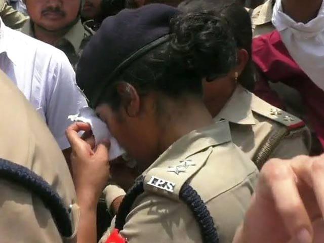 Video : 'Don't Cross Limits' Shouts BJP Lawmaker, Woman IPS Officer Breaks Down
