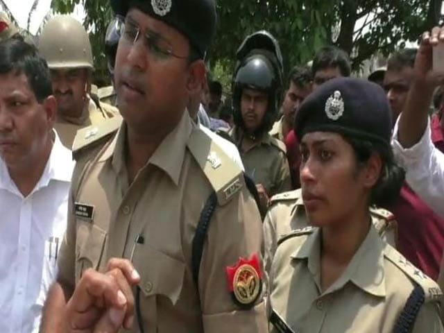 Videos : गोरखपुर में योगी के विधायक ने लगाई लेडी IPS को सरेआम फटकार