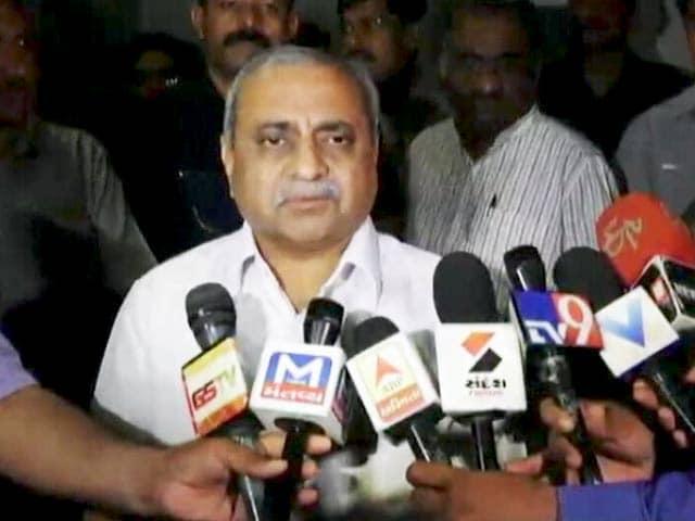 Videos : गुजरात के डिप्टी सीएम के बेटे को उड़ान भरने से रोका गया