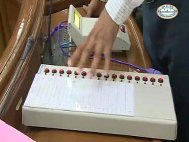 Video : AAP Demonstrates 'How To Rig' A Vote Machine (EVM)