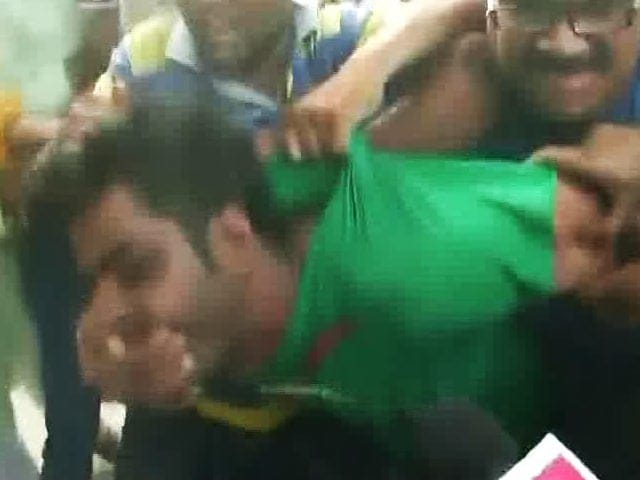 Video : Suspended AAP Leader Kapil Mishra Attacked In Delhi