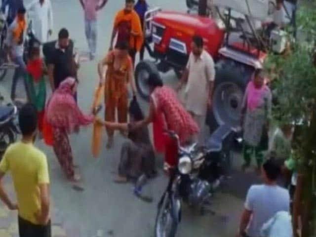 Videos : विदेश भेजने का झांसे में लाखों गंवा बैठा शहीद का भाई, थाने के सामने एजेंट ने की पिटाई