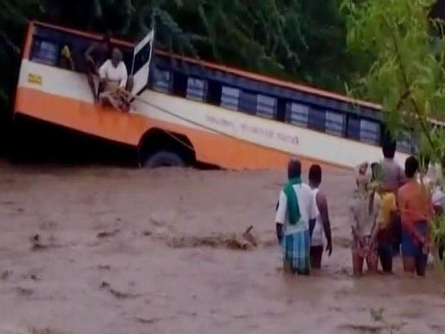 Video : कर्नाटक : गडग के झील में गिरी एक यात्री बस