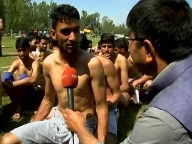 Videos : जम्मू-कश्मीर : कुलगाम में पुलिस भर्ती के दौरान उमड़े नौजवान