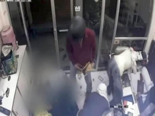 Videos : मथुरा में सर्राफा दुकान में लूट, दो की हत्या, CCTV में कैद हुई घटना
