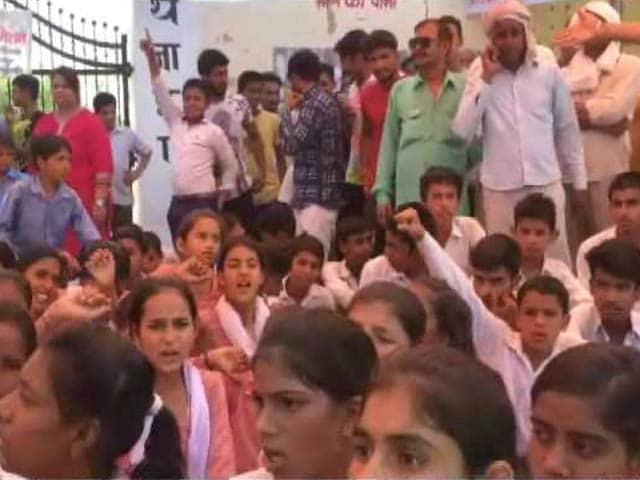 Videos : गुड़गांव में बड़ी क्लास के लिए लड़कियों ने दिया धरना