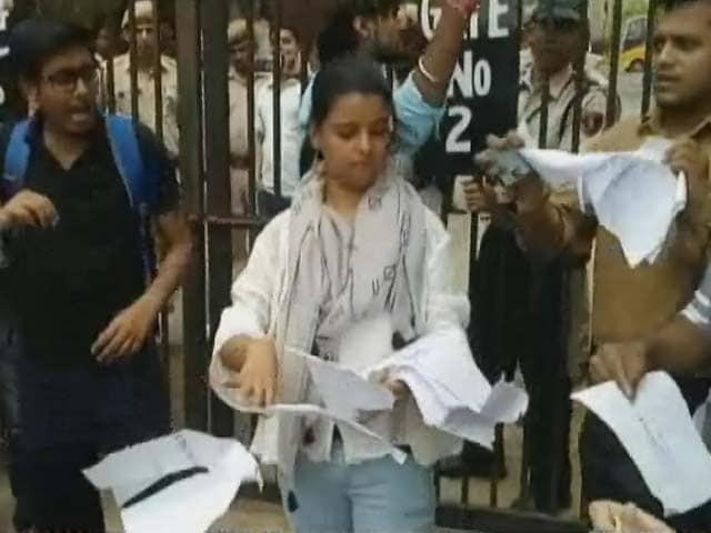 Video : IIMC के एक कॉन्फ़्रेंस में बस्तर के पूर्व आईजी कल्लूरी के आने पर विवाद