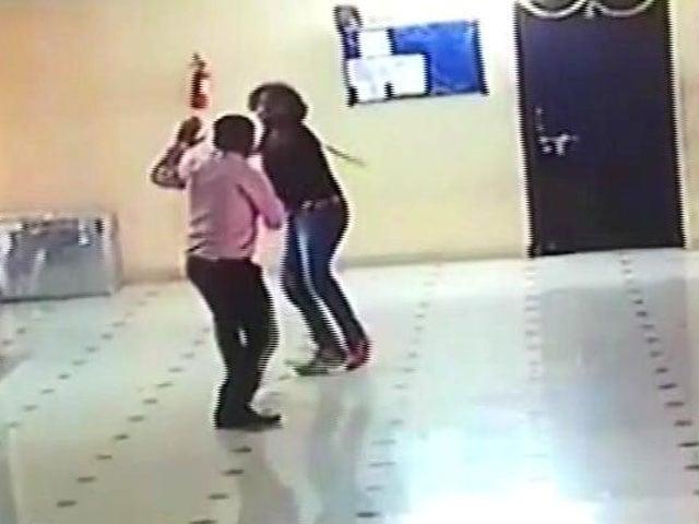 Video : कैमरे में कैद : टोल पर बदमाशों ने कर्मचारियों को पीटा