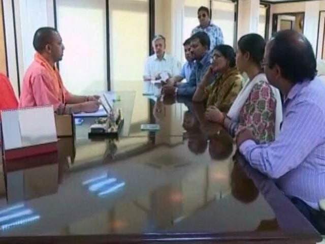 Video : लखनऊ : सीएम योगी से मिला मृतक IAS अनुराग तिवारी का परिवार