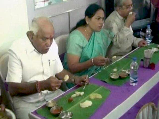 Video : दलित के घर होटल का खाना खाने पर घिरे येदियुरप्पा