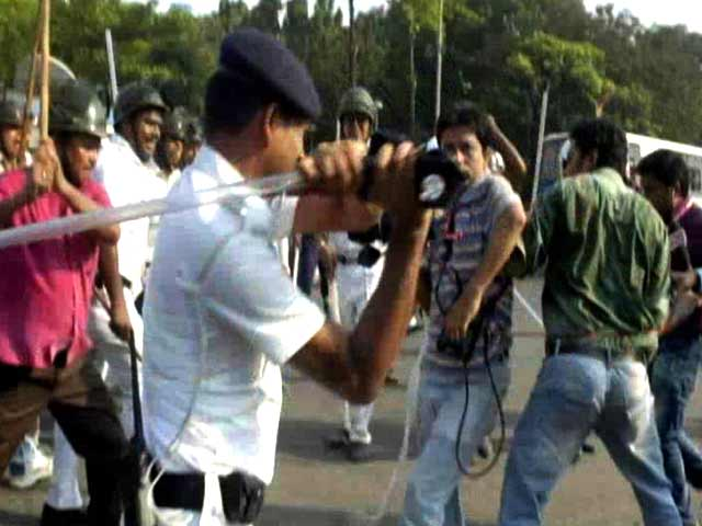 Video : Police Claim 3, But More Journalists Were Beaten Up In Kolkata Clashes