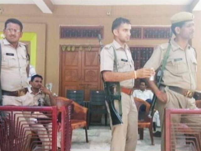 Videos : यूपी : आयकर विभाग ने कई सीनियर अधिकारियों, बाबूओं के ठिकानों पर छापेमारी की
