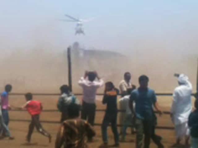 Videos : जब CM फडणवीस का हेलीकॉप्टर गिरा तो मच गई थी अफरा-तफरी