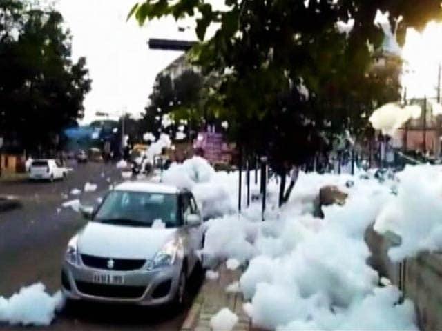 Video : बेंगलुरु की सड़क पर झाग ही झाग, VIDEO देखेंगे तो आप भी रह जाएंगे हैरान