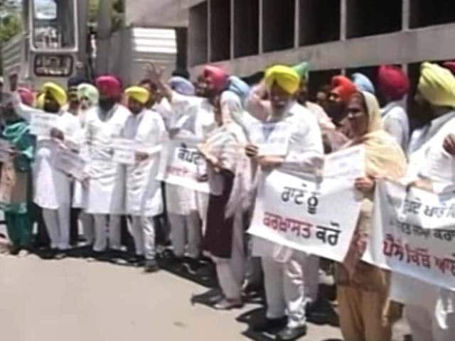 Video : Punjab AAP Leaders Protest Outside Assembly, Want Rana Gurjit Singh Sacked