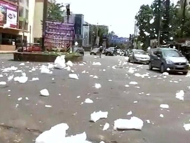 Video : बेंगलुरू : सड़क पर आया वार्थूर झील का जहरीला झाग