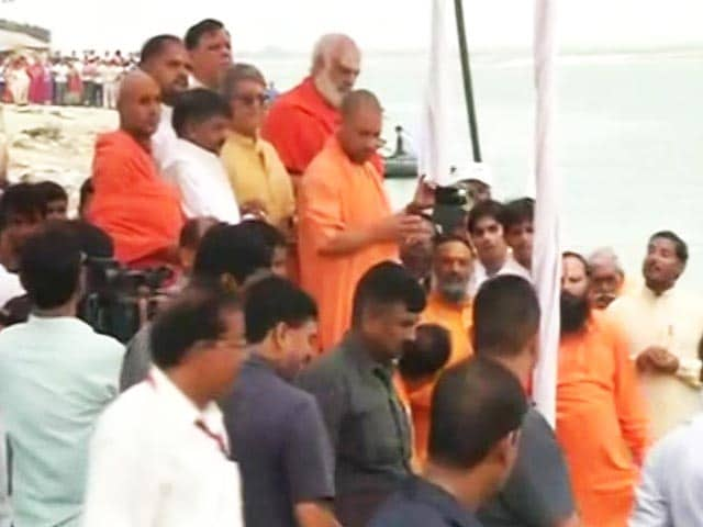 Video : In Ayodhya, Yogi Adityanath Offers Prayers At Makeshift Ram Temple