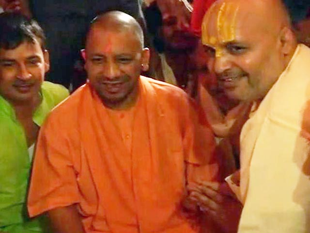 Video : CM योगी आदित्यनाथ का अयोध्या दौरा, हनुमानगढ़ी के दर्शन किए