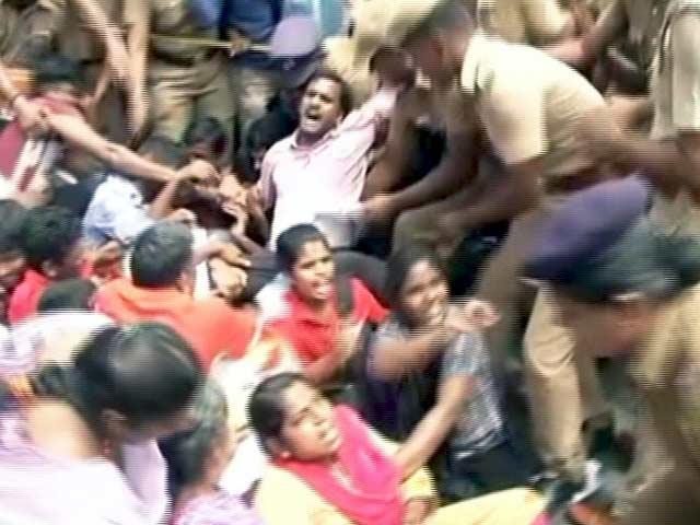Videos : बीफ फेस्ट पर बवाल : IIT मद्रास के छात्र की पिटाई का विरोध