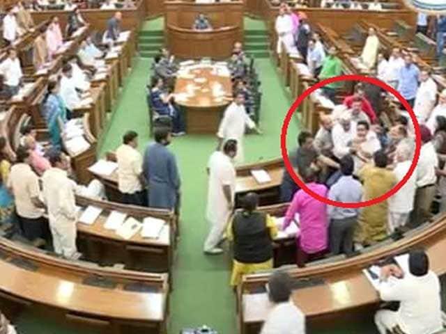 Video : दिल्ली विधानसभा में हंगामा, कपिल मिश्रा बोले- आप विधायकों ने घूसे मारे