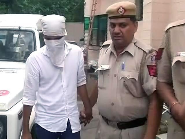 Video : दिल्ली में ई-रिक्शा चालक की हत्या के आरोप में दो गिरफ्तार