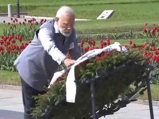 Video : PM Narendra Modi Pays Tributes To World War II Victims In St Petersburg