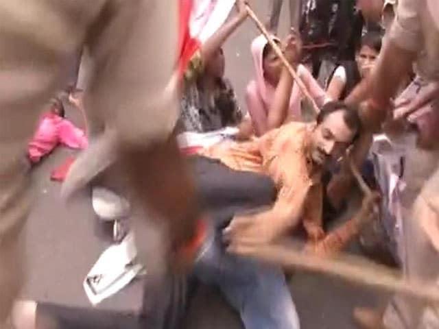 Videos : बिहार : खराब नतीजों को लेकर पटना में छात्रों का प्रदर्शन, सीएम नीतीश के खिलाफ नारेबाजी