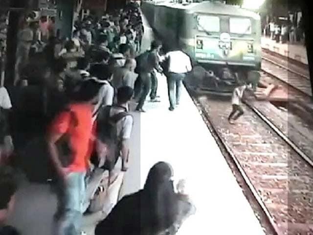 Video : चलती ट्रेन से टकराई लड़की, लेकिन बच गई जान