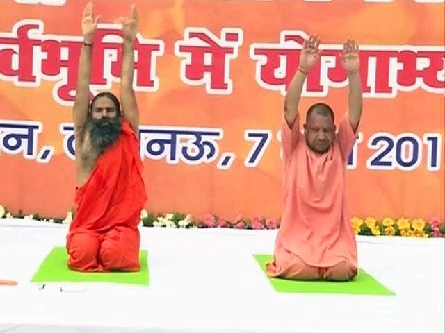 Videos : लखनऊ : बाबा रामदेव के साथ CM योगी का योगाभ्यास