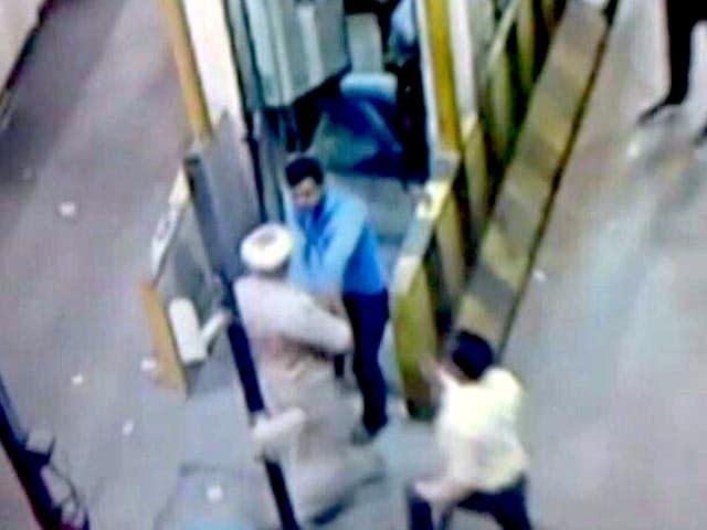 Videos : यूपी : बाराबंकी में एक टोल पर गुंडागर्दी