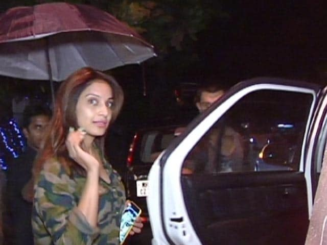 Video : Spotted! Bipasha Basu & Karan Singh Grover Outside A Spa