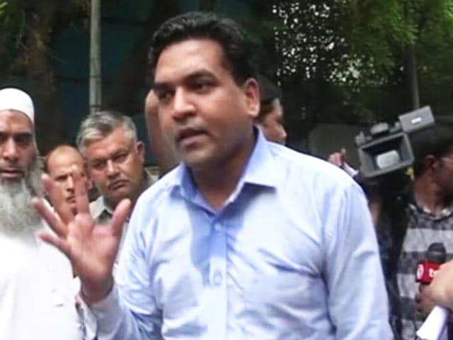 Video : कपिल मिश्रा पहुंचे अरविंद केजरीवाल के घर