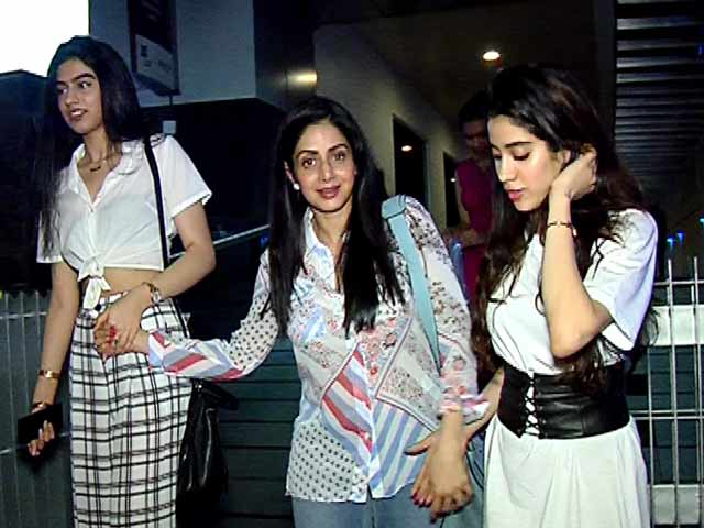Video : Sridevi Steps Out For Dinner With Daughters Jhanvi & Khushi