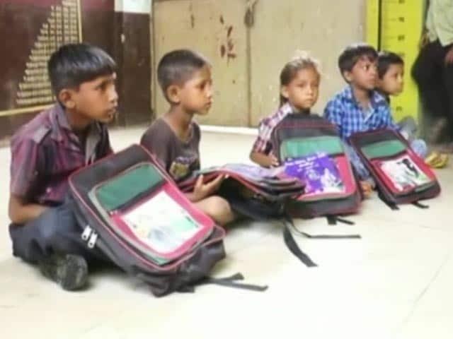 Video : गुजरात के सरकारी स्कूल के बस्ते पर अखिलेश यादव का चित्र