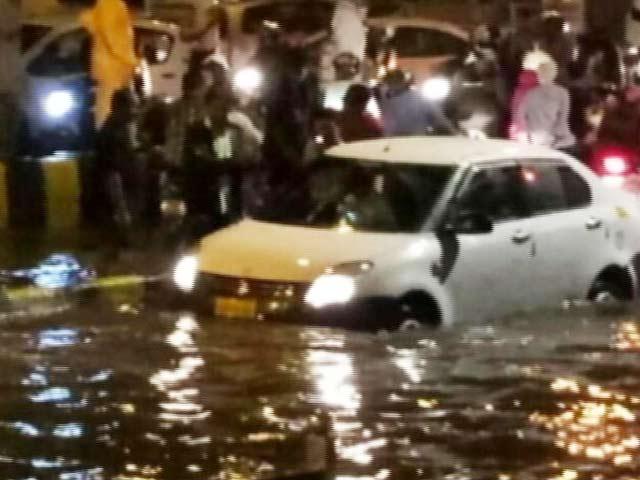 Video : मॉनसून के पहले ही दिन मुंबई हुई पानी, बीएमसी के दावों की पोल खुली