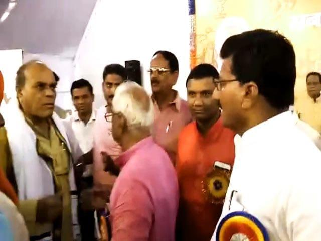 Videos : बालाघाट में मंच पर भिड़ गए मध्यप्रदेश के कृषि मंत्री और बीजेपी सांसद