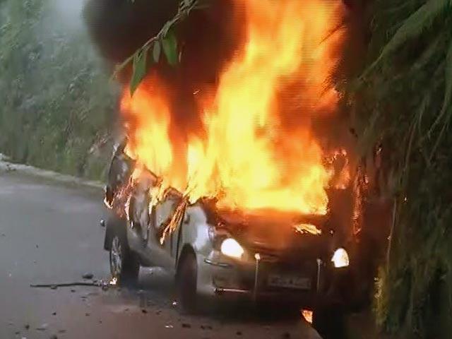 Videos : दार्जीलिंग में गोरखा जनमुक्ति मोर्चा समर्थकों ने मचाया उत्पात