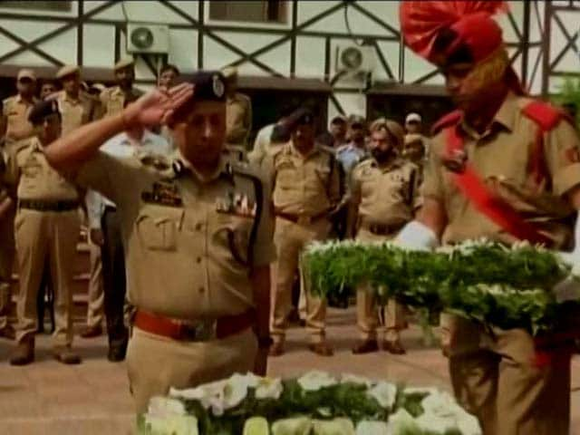 Video : Kashmir Politicians Skip Ceremony To Pay Respects To Fallen Policemen