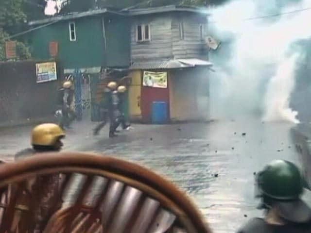 Videos : दार्जीलिंग में तनाव : GJM समर्थकों और सुरक्षा बलों के बीच झड़प