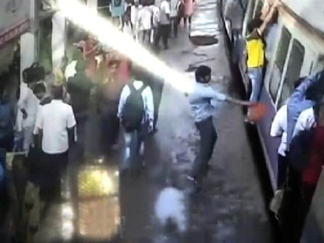 Videos : बैठने को लेकर हुए विवाद के बाद शख्स ने यात्रियों पर झोंक दी लाल मिर्च