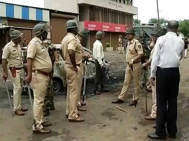 Videos : मुंबई के पास कल्याण-बदलापुर हाईवे पर किसानों का हिंसक प्रदर्शन