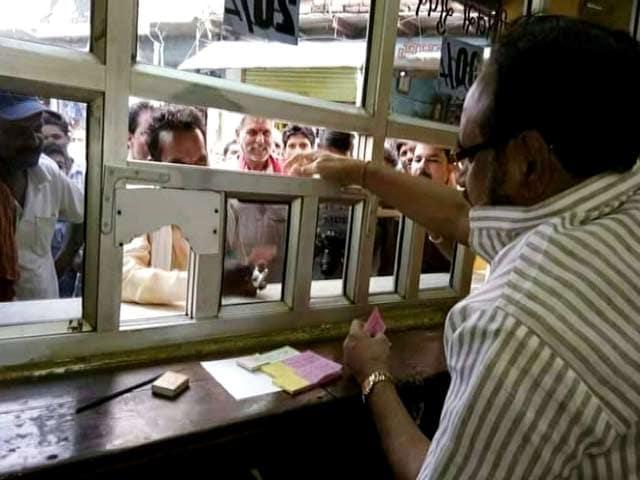 Videos : फिल्म 'ट्यूबलाइट' का टिकट बेचते दिखे MP के मंत्री
