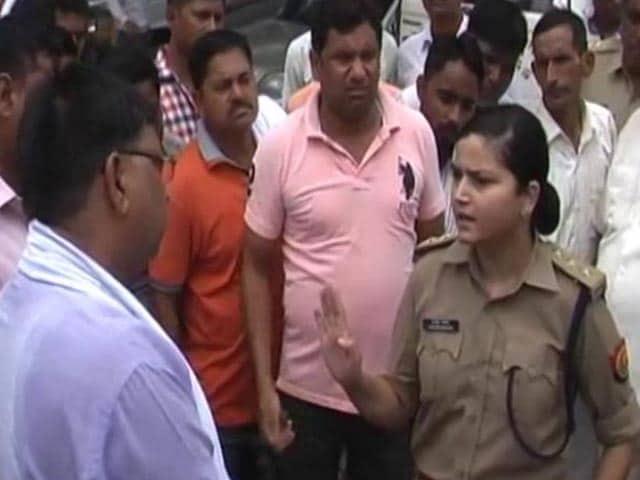 Videos : 'लेडी सिंघम' ने 'नेताजी' को पढ़ाया कानून का पाठ
