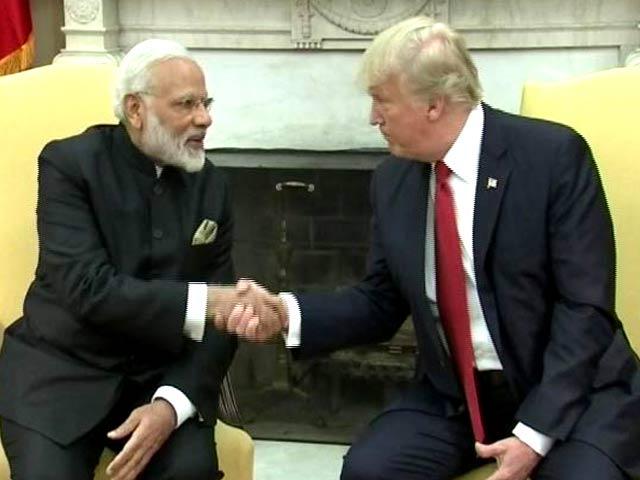 Videos : डोनाल्ड ट्रंप ने प्रधानमंत्री मोदी का गर्मजोशी से किया स्वागत