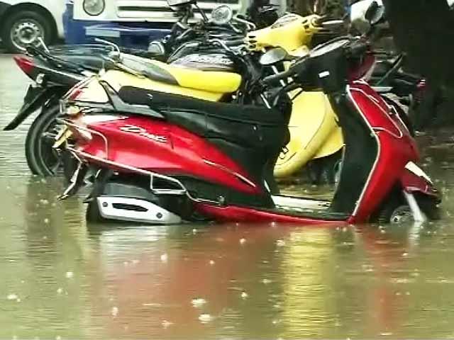 Videos : मुंबई में देर रात से रुक-रुककर भारी बारिश, निचले इलाकों में पानी भरा