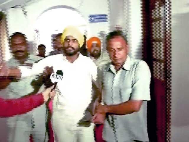 Video : दिल्ली विधानसभा के विशेष सत्र में 2 युवकों ने किया हंगामा, फेंके पर्चे