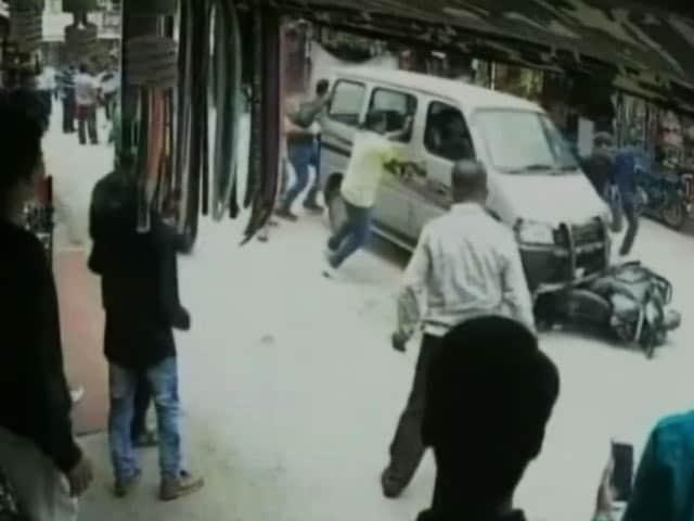 Video : माउंट आबू में पर्यटकों पर चढ़ी कार, सीसीटीवी में कैद हुई घटना