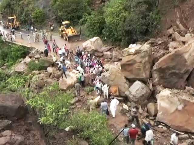 Video : जम्मू-श्रीनगर हाइवे पर भूस्खलन, अमरनाथ यात्रा रोकी गई